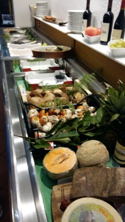 Province de Lucques, Italie : Chilled counter shows off fresh fish, seafood and fruit and cheeses