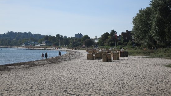Hotel Alte Fischereischule: Five minute walk to the beach then stroll on the beach path to the harbor and old town