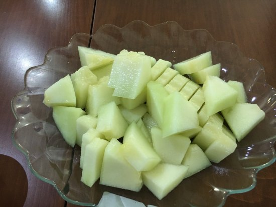 Basileus Otel: We bought this melon from a fruit stand, and the staff kindly cut this for us with a smile.