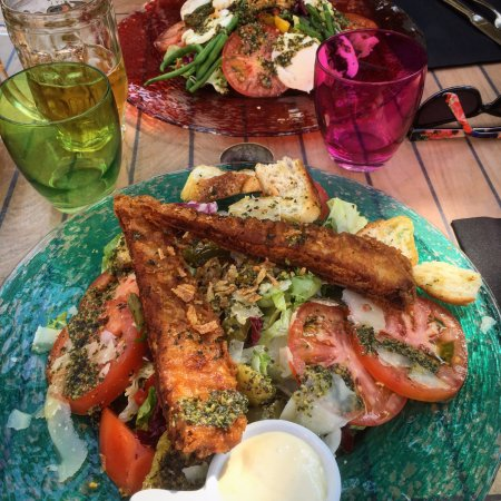 Carces, ฝรั่งเศส: our salad with fish was a delight