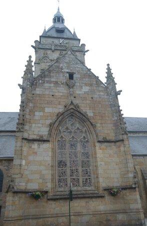 Villedieu-les-Poeles, Francia: la chiesa da fuori