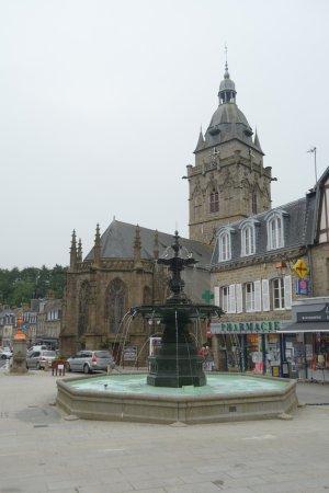 Villedieu-les-Poeles, Francia: la chiesa e la piazza