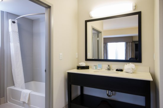 Dupont, WA: 2 Queen Studio Suite Bathroom