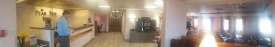 Pear Tree Inn Paducah: panorama of front desk and lobby and dining