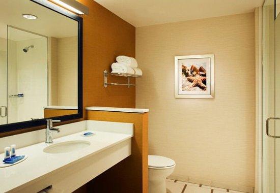 Tustin, แคลิฟอร์เนีย: Guest Bathroom Vanity