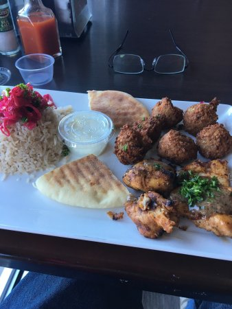 Duluth, Gürcistan: Pick two grill: chicken tawook, falafel  with side salad and rice