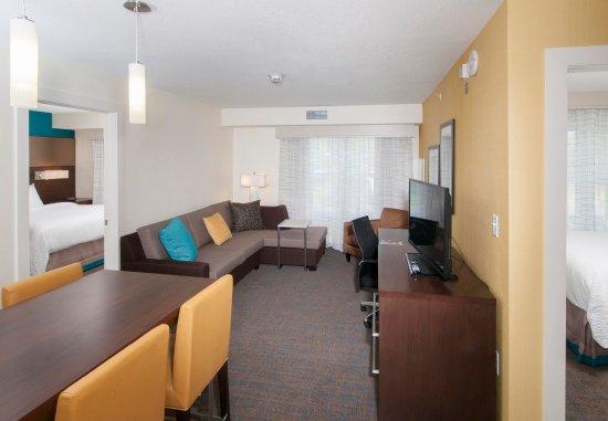 Clifton Park, Nova York: Two-Bedroom Suite - Living Area