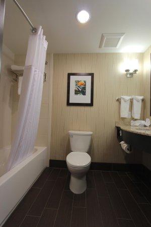Findlay, OH: Two Queen Bathroom
