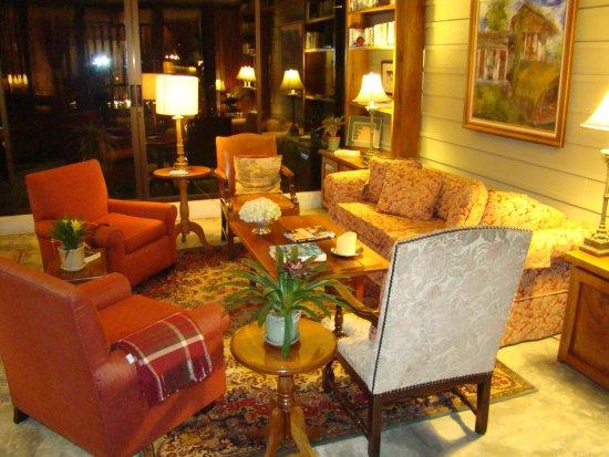 Poas Volcano Lodge: Salas de estar