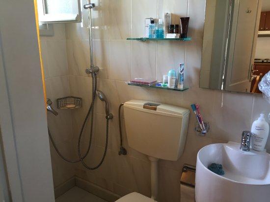 Silde Apartments: Bath room in the top studio.