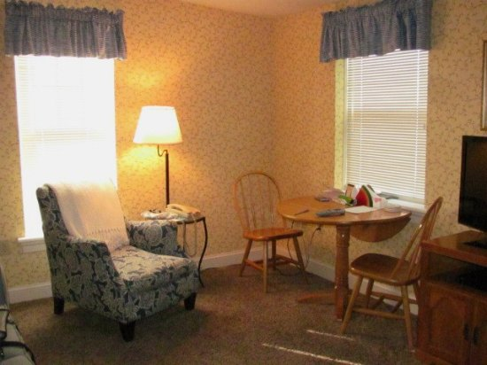 James Gettys Hotel: Table and easy chair in Blue Parrot Suite