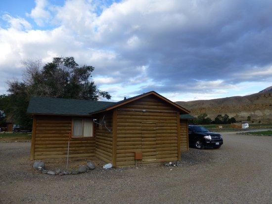 Wapiti, WY: Unsere Cabin mit Auto vor der Tür