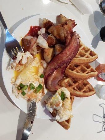 Dundas, Canada: Waffles, eggs, hash browns and bacon