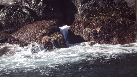 Puerto Baquerizo Moreno, Ecuador: Como rompen las olas en los muros...
