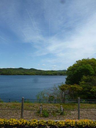 Iruka Pond : 水がゆうゆうと広がっています。