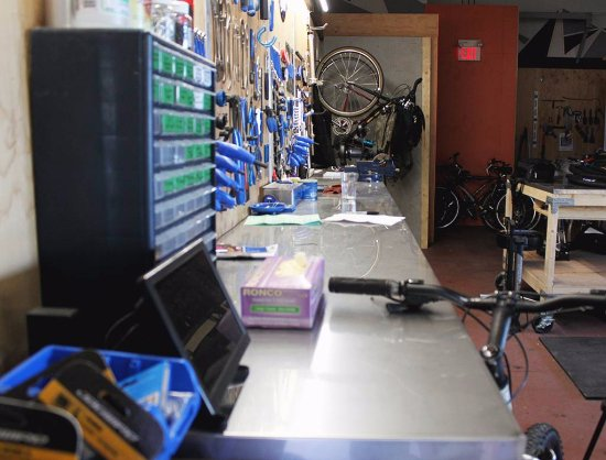 Belleville, Canadá: The Brake Room is a fully operational bike repair shop. Customers can access tools as well.