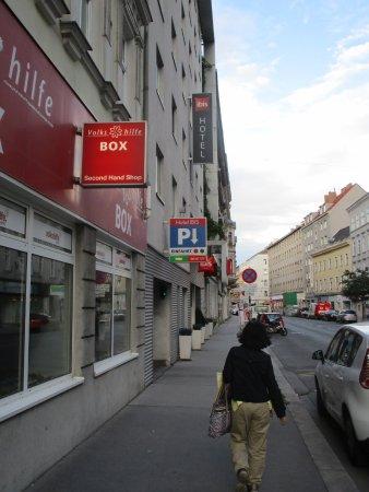 Ibis Wien City: ホテル前の通り