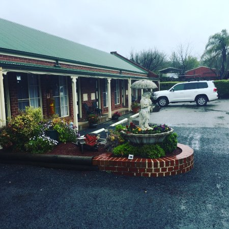 The Elms Motor Inn: Parking area