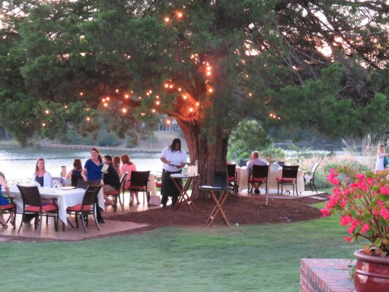 Irvington, VA: Outdoor dining is available on the terrace and on the lawn