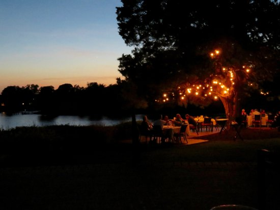 Irvington, VA: Dining on the lawn as the sunsets