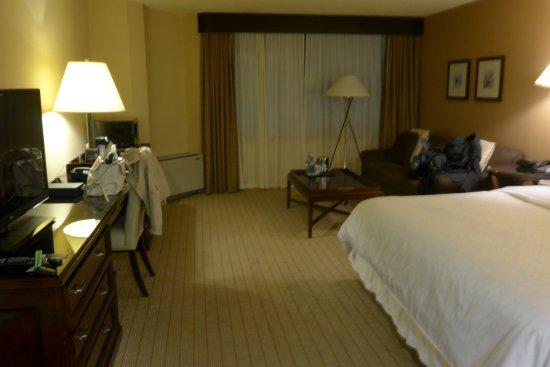Surrey, Canadá: spacious room