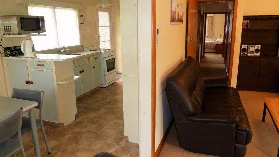 Tudor Lodge Motel: Holiday Home kitchen