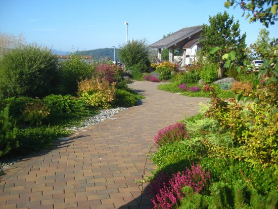 Queen Charlotte City, Canadá: Gardens along the seawalk.