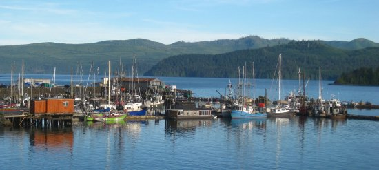 Queen Charlotte City, Canadá: View of the docks from the seawalk.