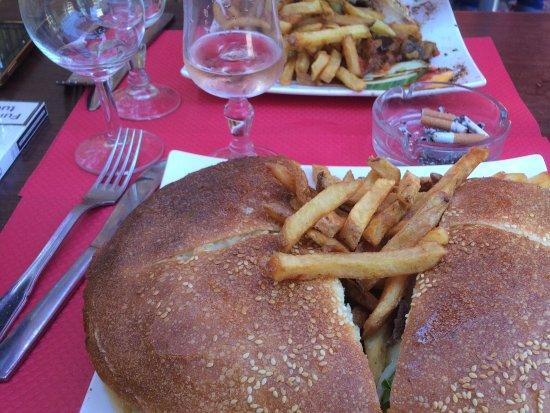 Ax-les-Thermes, فرنسا: Petit hamburger maison!