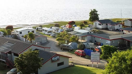 Kawhia, นิวซีแลนด์: Summer early morning view over campground