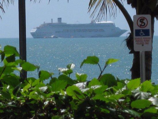 Trinity Beach, Australia: Zoomed view of cruise ship on horizon.