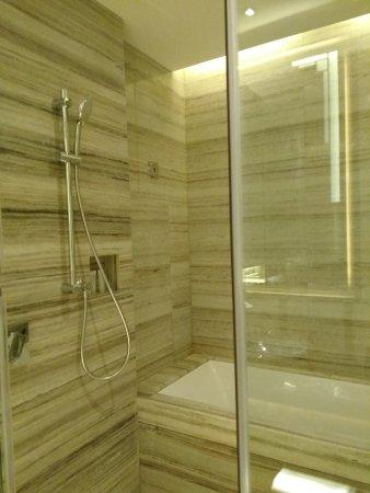 Nanchang, Chine : shower screen with bathtub