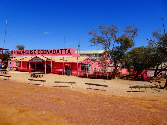 Coober Pedy, Austrália: The Pink Roadhouse- got to try the Oodnadatta burger and chips- yum!