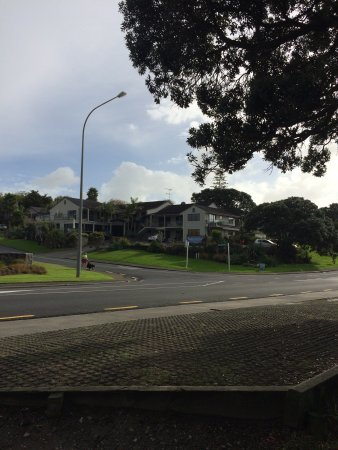 Whangaparaoa, Nieuw-Zeeland: Lodge viewed from across the road