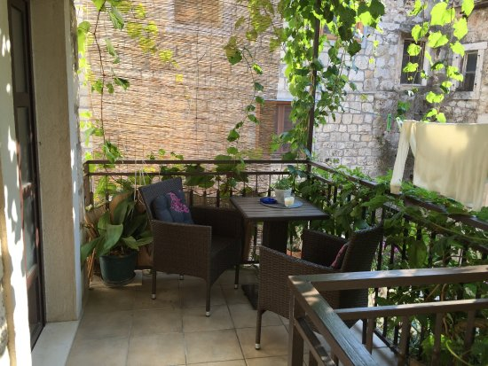 Komiza, Croatia: Liten mysig balkong/terrass