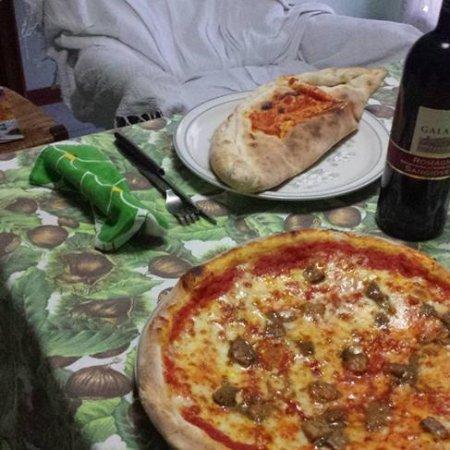 Castelfranco Emilia, Ιταλία: pizza ai funghi porcini e calzone farcito