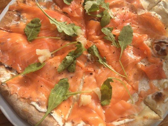 Kfardebian, Libanon: salmon pizza