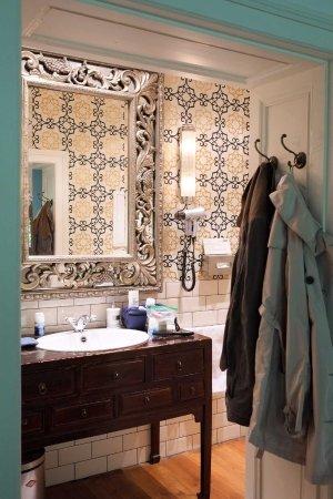 Ackselhaus: Waschtisch im Zimmer Kairo