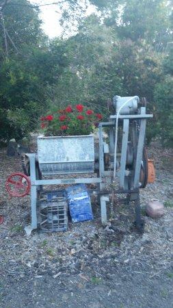 Yatte Yattah, Australie : Recycled garden art.