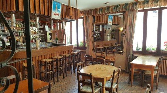 Hôtel du Crêt Rond : A warm welcome at the bar
