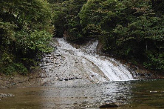 Otaki-machi, Japan: 静かに流れ落ちる滝です。