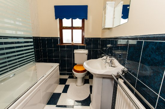 Port Erin, UK: Spacious bathroom with shower and bath facilities
