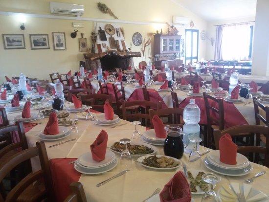 Nulvi, Włochy: una parte della sala prima del pranzo