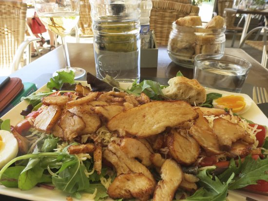Bourg, Frankrike: Salad with chicken