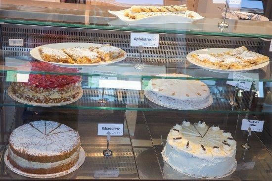 Ebbs, النمسا: Eine reichhaltige Auswahl an täglich frischen Kuchen & Torten finden Sie in unserer Kuchenvitrin
