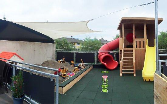 Ebbs, النمسا: Auf unserer großen Sonnenterrasse können Sie Ihren Kindern auf dem Abenteuerspielplatz zuschauen
