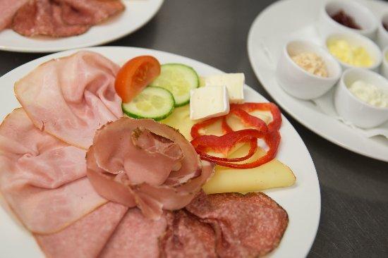 Ebbs, النمسا: Ein genussvolles Frühstück bringt Energie und Lebensfreude. Frühstück bis 11:30.