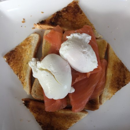 Verwood, UK: Fabulous poached eggs & smoked salmon