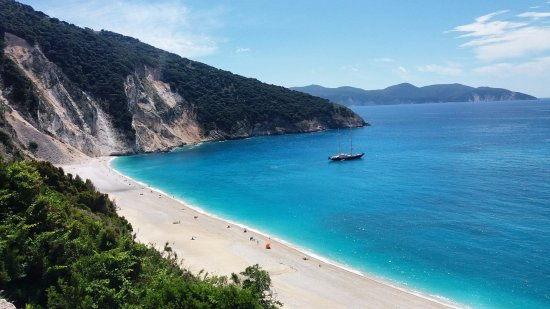 Myrtos Beach: White rocks and turquoise water
