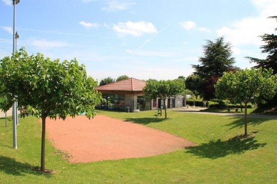 Fleurie, Francja: le terrain de pétanque et la salle de jeux